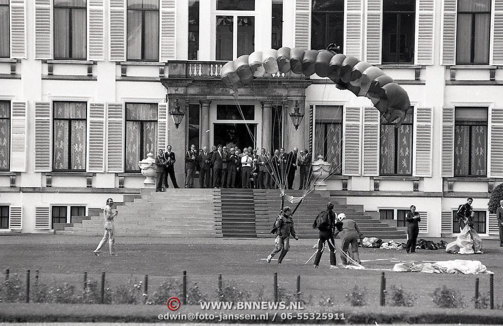 NLD/Soestdijk/19930629 - Pr.Bernhard viert verjaardag met parachutisten op Soestdijk