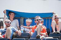 ROTTERDAM - Knock-out fase beste 32 ploegen Van der Vlist / Van Gestel (NED) tegen Semmler / Holtwick (Duitsland) , Beachvolleybal , WK Beach Volleybal 2015 , Stadion bij de SS Rotterdam , 01-07-2015 , Bezoekers nemen maatregelen tegen de enorme warmte