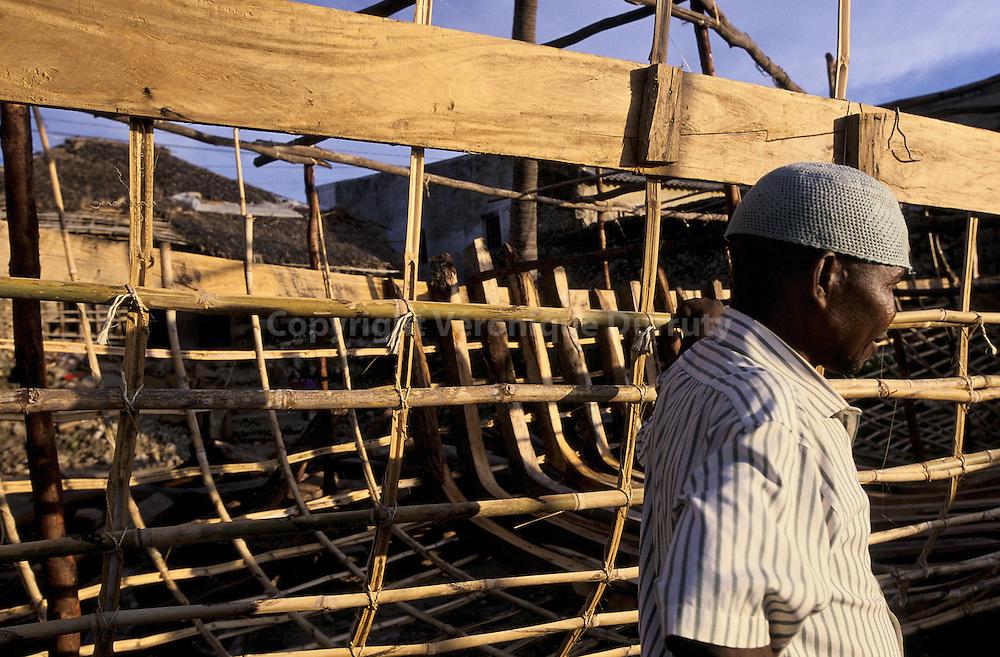 CONSTRUCTION D'UN BOUTRE, ILE DU MOZAMBIQUE/ FRANCE ONLY