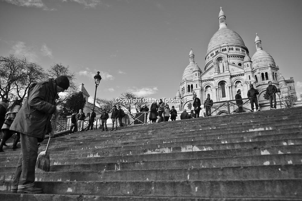 Uno spazzino davanti alla basilica del Sacro Cuore a Montmartre