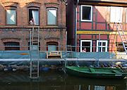 Elbe floods in Hitzacker. Zwei Einwohner des nordostniedersächsischen Hitzacker stehen an Ihren Fenstern und rauchen Zigaretten. Wenn, wie hier, das Hochwasser der Elbe die Stadt umspült, müssen sie abwarten bis es vorrübergezogen ist.
