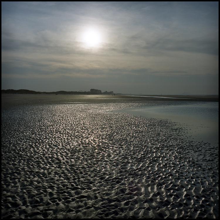 Le 24 octobre 2011, frontière Belgique / France. Vue de la frontière entre la France et la Belgique depuis la plage de la réserve naturelle de Westhoek, près du poste frontière d'Adinkerke.