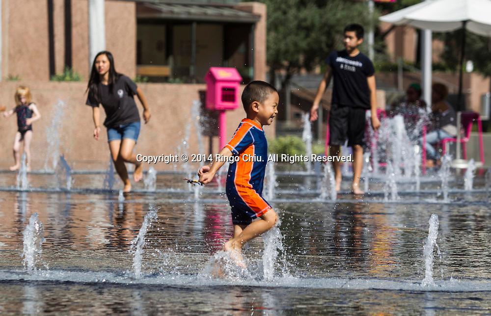 9月16日,一名兒童在的洛杉磯市中心的大公園內噴泉消暑。美國加利福尼亞州近日遭熱浪襲擊,不少地區氣溫已經創下三位數。當天,洛杉磯市中心更錄得最高溫度突破了1909年的華氏103度紀錄。<br /> (新華社發 趙漢榮攝)<br /> A boy cools off in the fountains in Grand park in downtown Los Angeles Tuesday September 16, 2014. Temperatures in Southern California have hit triple digits in many areas and downtown Los Angeles has topped out a degree shy of its record of 103 degrees in 1909. (Xinhua/Zhao Hanrong)(Photo by Ringo Chiu/PHOTOFORMULA.com)