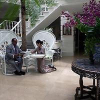 Bangkok, JUNE-15 : Prinz A laesst sich von einer Thai Dienerin im Mandarin Oriental Hotel servieren.