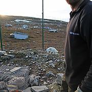 De åtte fjellrevparene på Sæterfjellet avlsstasjon på Oppdal fikk 69 valper i år, og alle skal ut i ulike fjellområder i vinter. Arctic fox (Vulpes lagopus). The most endangered mammal in Scandinavia. It was only about 50 individuals left when they started breeding on wild animals. 2010 is very successfull with 69 from eight couples. All the young ones will be transfered to the wild this winter. Supported with feeding.