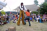 """Auf einer Veranstaltung der """"Kulturellen Landpartie"""" tanzt eine Besucherin mit einem """"Riesen"""". Die """"Kulturelle Landpartie"""" zieht jedes Jahr tausende Kunst- und Kulturinteressierte aus ganz Deutschland an, die auf den unzähligen Veranstaltungen und Ausstellungen im Wendland dabei sein wollen."""
