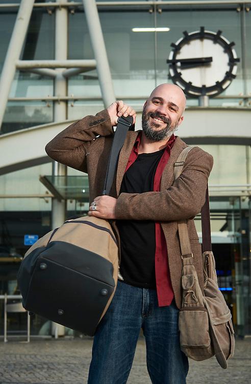 Lisboa, 30/05/2016 - O escritor, ilustrador e m&uacute;sico Afonso Cruz passa boa parte do seu tempo em viagem para atender a compromisso profissionais. Fotografado junto &agrave; esta&ccedil;&atilde;o intermodal de Sete Rios para o artigo &quot; escritores em viagem&quot; para a Not&iacute;cias Magazine.<br /> (Paulo Alexandrino / Global Imagens)
