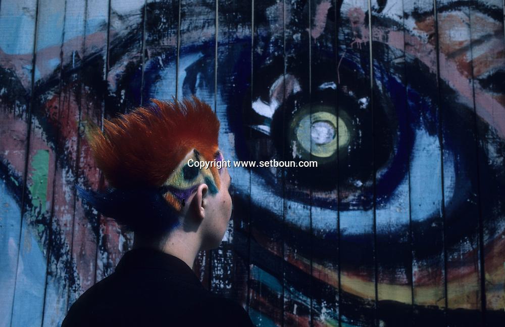 in front of Orsay museum  Paris  France    coiffure sculpture du coiffeur plasticien Jean Philippe Pages . le musée d'Orsay  Paris  France  R00008/    L0006354  /  P101604