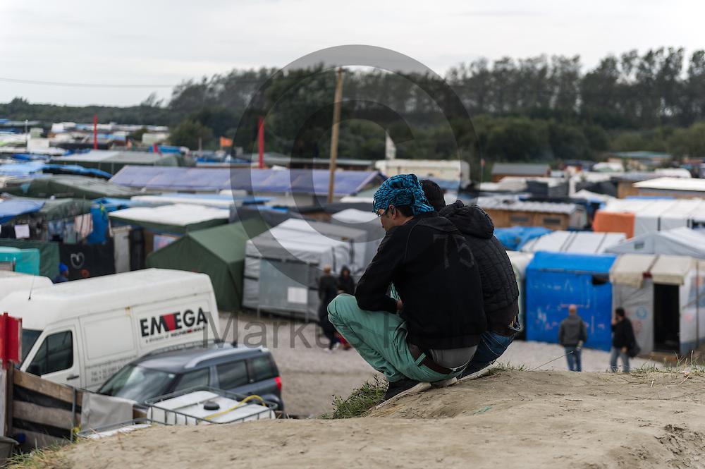 Calais, Frankreich - 16.10.2016<br /> Migranten sitzen im Dschungel von Calais auf einem Sandberg. Das Fluechtlingscamp an der Kueste zum Aermelkanal soll laut franzoesischer Regierung in den naechsten Tagen geraeumt werden. In dem Camp leben um die 1000 Fluechtlinge und warten auf die Moeglichkeit zur Weiterreise durch den Eurotunnel nach Gro&szlig;britannien. Photo: Foto: Markus Heine / heineimaging<br /> <br /> Calais, France - 2016/10/16<br /> Migrants sit in the Calais Jungle on a Sandhill. The refugee camp on the coast to the English Channel is to be cleared in the next few days, according to the French government. In the camp live around the 1000 refugees and wait for the possibility to travel further through the Eurotunnel to the UK. Photo: Foto: Markus Heine / heineimaging<br /> <br /> ------------------------------<br /> <br /> Veroeffentlichung nur mit Fotografennennung, sowie gegen Honorar und Belegexemplar.<br /> <br /> Bankverbindung:<br /> IBAN: DE65660908000004437497<br /> BIC CODE: GENODE61BBB<br /> Badische Beamten Bank Karlsruhe<br /> <br /> USt-IdNr: DE291853306<br /> <br /> Please note:<br /> All rights reserved! Don't publish without copyright!<br /> <br /> Stand: 10.2016<br /> <br /> ------------------------------
