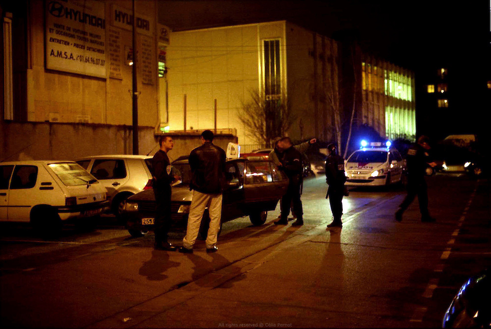 Membres du GAT, en patrouille quotidienne dans la cit&eacute; des Tarter&ecirc;ts. Contr&ocirc;le de v&eacute;hicule et d'identit&eacute;.<br /> <br /> Members of the GAT, during their daily patrol in the Tarter&ecirc;ts neighborhood. Car search and ID check.
