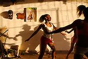 Karibik Trinidad Tobago Port of Spain Dragon Stelzenschule Tanzunterricht Limbo Karneval Einheimischer Kostuem Kostuemierung auf Stelzen laufen Keylemanjahro School of Arts and Culture Suedamerika Stelzen Karneval in Trinidad Carnival soziales Projekt traditionell Tradition Einheimische QF English Moko Jumbies 2007 Caribbean West Indies Trinidad Dragon stilt walking school Keylemanjahro School of Arts and Culture South America carnival in Trinidad social project Geography / Travel Südamerika Karibik Trinidad Tobago