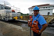 Trabajador de las Esclusas de Miraflores, punto de ingreso y salida de las embarcaciones en el lado del océano Pacifico del Canal de Panamá. Desde este Centro de Visitantes se puede observar como los barcos se elevan a 16 metros del nivel del mar, realizándolo en 2 procesos, que duran alrededor de 30 minutos..Foto: Ramon Lepage / Istmophoto.