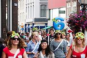 Studenten lopen door de binnenstad van Utrecht. Vandaag zijn in Utrecht de introductiedagen, onder de noemer UIT, van start gegaan. Eerstejaars studenten maken onder begeleiding van ouderejaars kennis met elkaar en de stad waar ze gaan studeren.<br /> <br /> New students of the University of Utrecht are walking in the center of the town during their introduction.