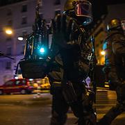 Des policiers lourdement armés arrivent à proximité du Bataclan, le 13 novembre 2015 boulevard des Filles du Calvaire à Paris, tansis que la salle de concert subissait une attaque terroriste.