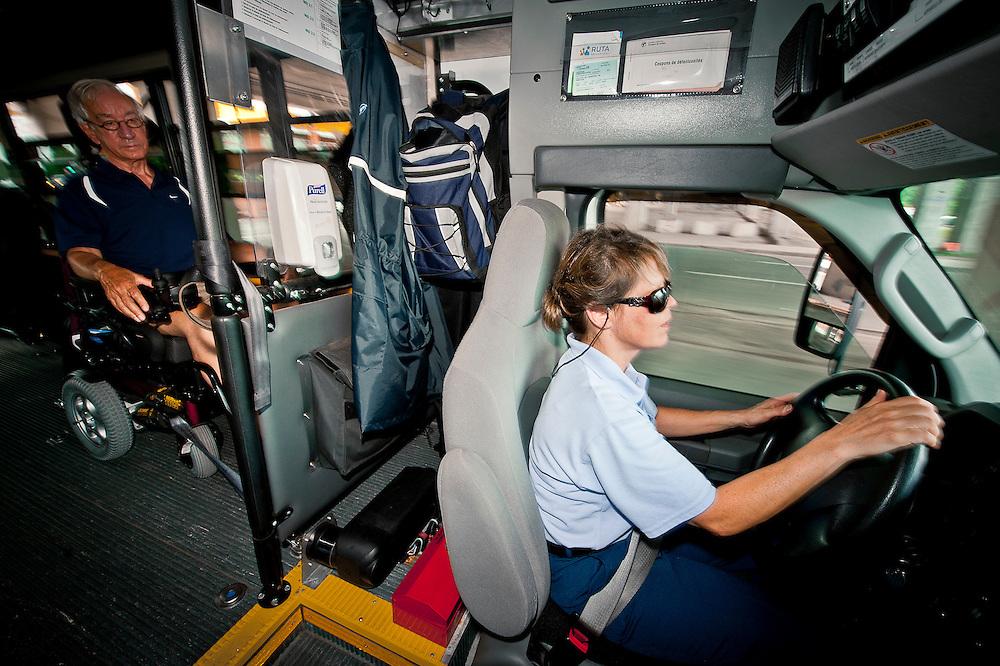 Johanne Moreau, chauffeur de minibus est aussi accompagnatrice en transport adapté. Elle reconduit Monsieur Germain chez lui..© Caroline Hayeur/Agence Stock Photo