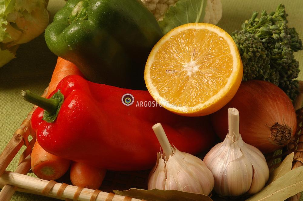 Cesta de frutas e legumes / Basket of fruits and vegetables