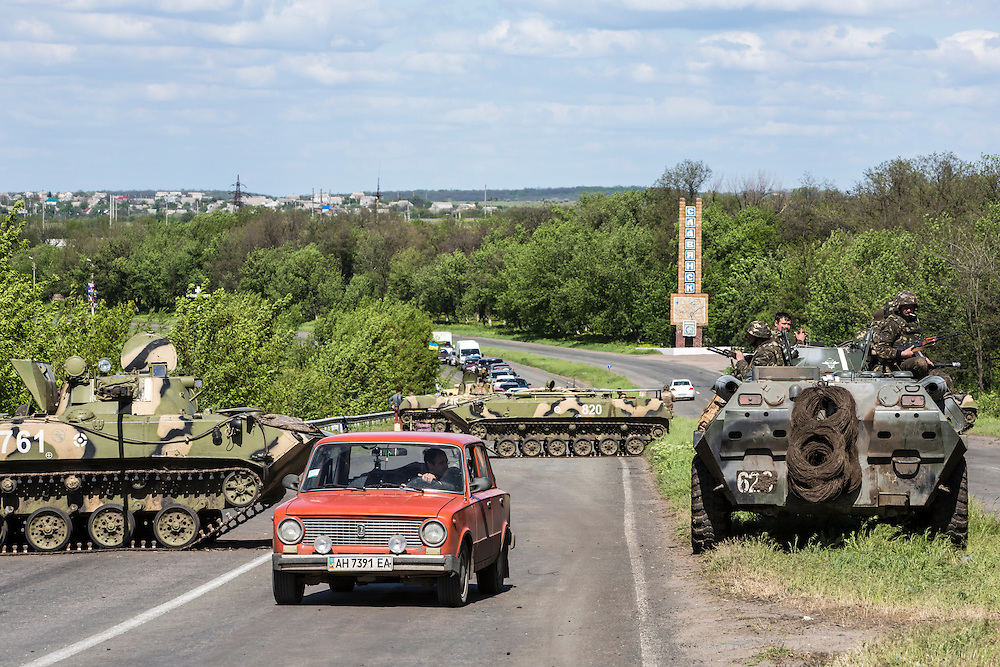 SLOVYANSK, UKRAINE - MAY 6:  The Ukrainian army at a checkpoint set up on the edge of Slovyansk, the main town occupied by pro-Russian activists, on May 6, 2014 in Slovyansk, Ukraine. Tensions in Eastern Ukraine are high after pro-Russian activists seized control of at least ten cities and ahead of the Victory Day holiday and a planned referendum on greater autonomy for the region. (Photo by Brendan Hoffman/Getty Images) *** Local Caption ***