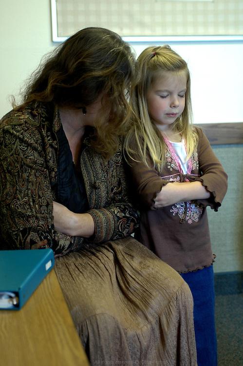 L'école du dimanche à l'église de Jésus Christ des saints des derniers jours consiste à enseigner les écritures, des chants et la prière. Moberly, Missouri, USA, 2006-2007.