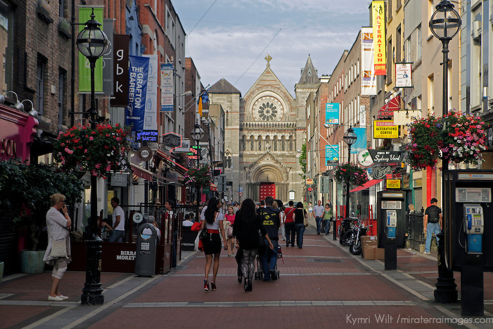 Europe, Ireland, Dublin. Pedestrian only shopping on Ann Street South (off Grafton).