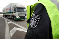 03 JAN 2005, LUDWIGSFELDE/GERMANY:<br /> Wappen auf der Jacke eines Beamten des Bundesamtes fuer Gueterverkehr, waehrend einer Mautkontrolle, Parkplatz Fresdorfer Heide<br /> IMAGE: 20050103-01-009<br /> KEYWORDS: Bundesamt f&uuml;r G&uuml;terverkehr, LKW Maut, Kontroleur<br /> BAG