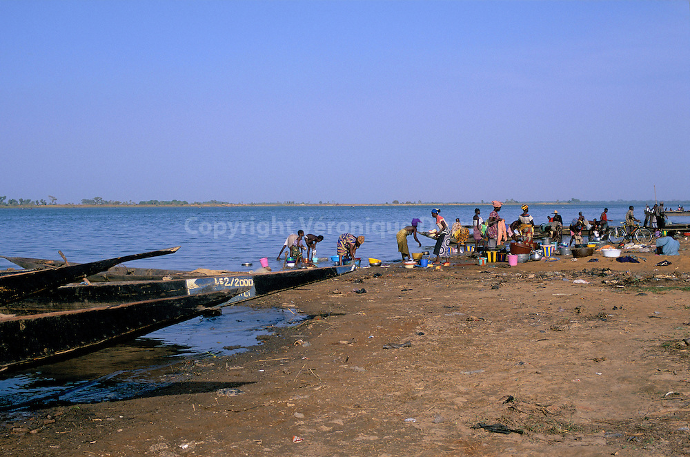 Le fleuve est au coeur de la vie quotidienne : il est voie de communication, c'est l'endroit où l'on pêche, où l'on se lave, où l'on fait la lessive et la vaisselle...Le fleuve est au coeur de la vie quotidienne : il est voie de communication, c'est l'endroit où l'on pêche, où l'on se lave, où l'on fait la lessive et la vaisselle.