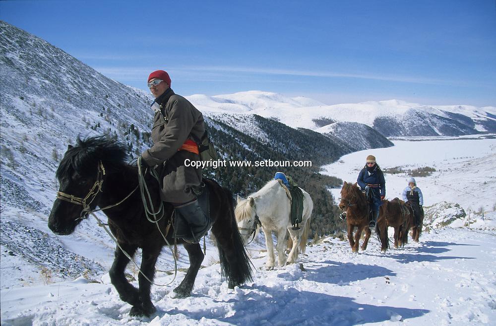 Mongolia. horse riding in winter in the snow in the height lakes area  ovokangai     /   randonnée a cheval en hiver dans la neige sur le chemin des huit lacs,   ovokangai  Mongolie  /      L0009900  /     P119801/  landscape/  paysage