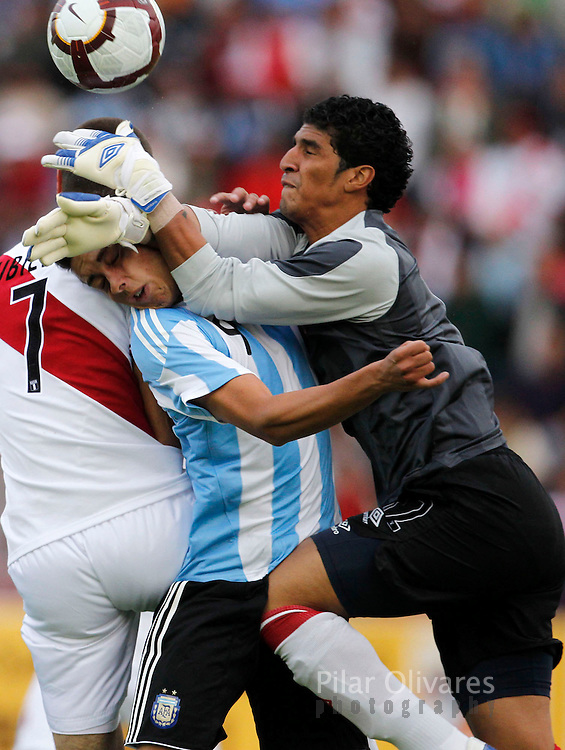 Argentina vs Peru in their Group A soccer match of the Conmebol U-20 championship in Arequipa, January 169 2011. REUTERS/Pilar Olivares (PERU)