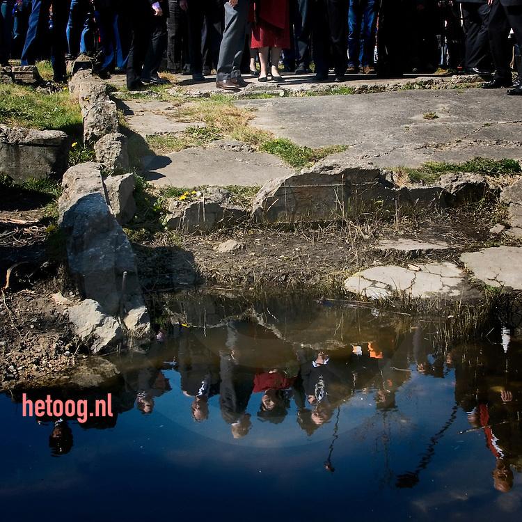 """Koningin Beatrix bracht een bezoek aan de wijk """"Roombeek"""" in Enschede. Zij opende daar Cultuur cluster """"Rozendaal"""" en zij wandelde door de  door de vuurwerkramp getroffen wijk. Aan de Tollenstraat hield zij halt bij het monument en bezocht het terrein van SEFireworks"""