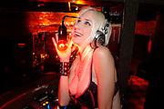 USA New York Manhattan  Playboy Model DJ Musikerin Saengerin Tuesdae auf der Lower East Side Nachtleben Amerika Geography / Travel Nordamerika USA New York New York Stadt .Playboy model,DJ and singer Tuesdae on Manhattan's Lower East Side. Penelope Tuesdae is the lead singer of Chelsea Girls, the first ever female all-star supercovergroup.