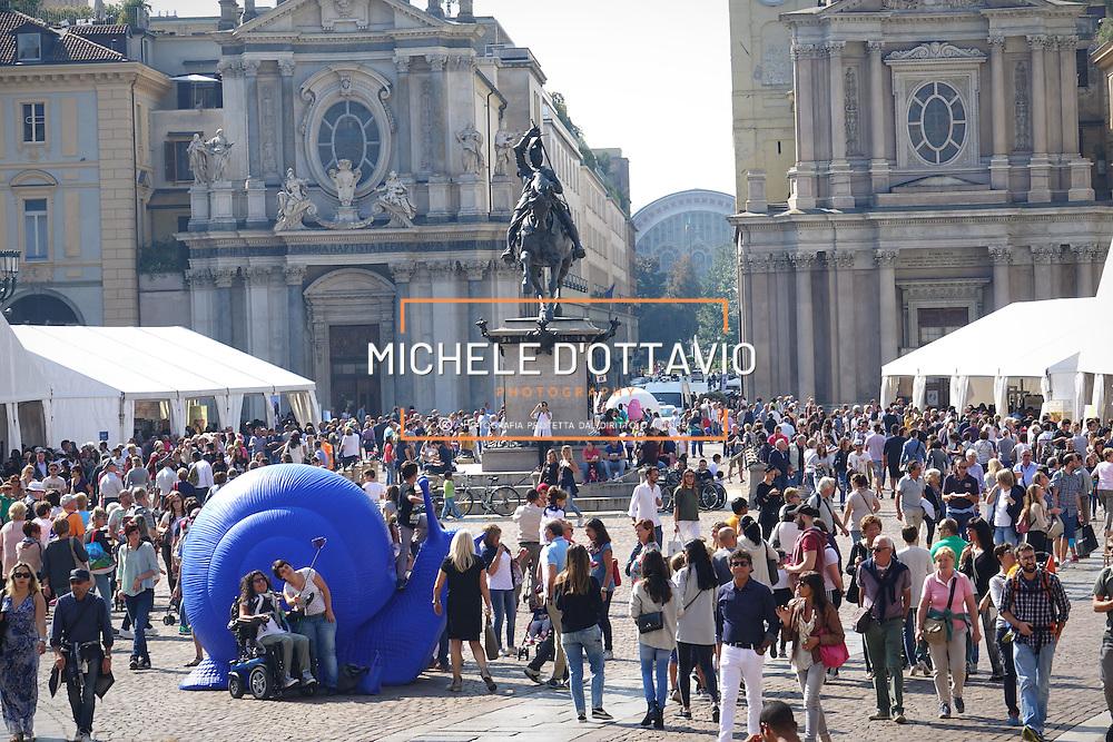 La chiocciola di Slow Food in Piazza San Carlo a Torino tra la folla.Terra Madre Salone del Gusto 2016.