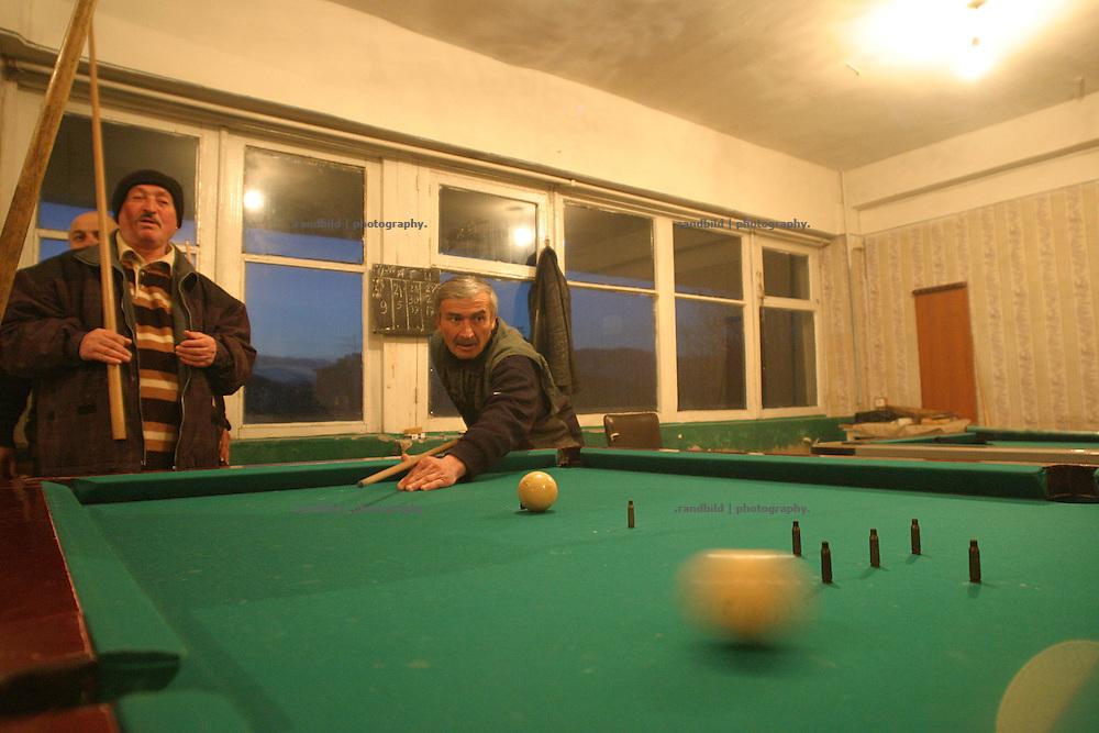 """Ossetische Verteranen spielen Billard mit gewehrkugeln, die Georgier symbolisieren. Südossetien erklärte sich 1990 selbsständig und konnte den folgenden Sezessionskrieg gegen die Georgier für sich entscheiden. Zwischen Georgien und der abtrünnigen Region, die den Anschluß an die Russische Förderation fordert, kommt es trotz des Waffenstillstandsabkommens von 1992 immer wieder zu bewaffneten Ausseinandersetzungen. (Ossetian war verterans playing Bilard with gun bullets. They representing georgians. South Ossetia is a de facto independent republic located within the internationally recognized borders of Georgia. Although this former Soviet autonomous region has declared its independence in 1990. After the following civil war between georgians and ossetians ends in 1992, most parts of the territory is ossetian controlled, while some villages with georgian population are administrated by an georgian """"Alternative Government"""".)"""