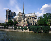AA00382-02...FRANCE - The Seine River boarders the Notre-Dame Cathedral in Paris.