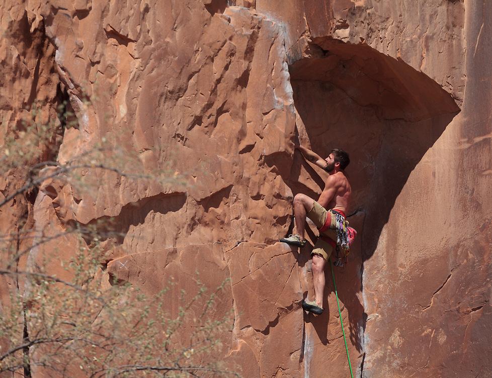 Mike Zeek leading Static Cling, 5.11- at Wallstreet in Moab