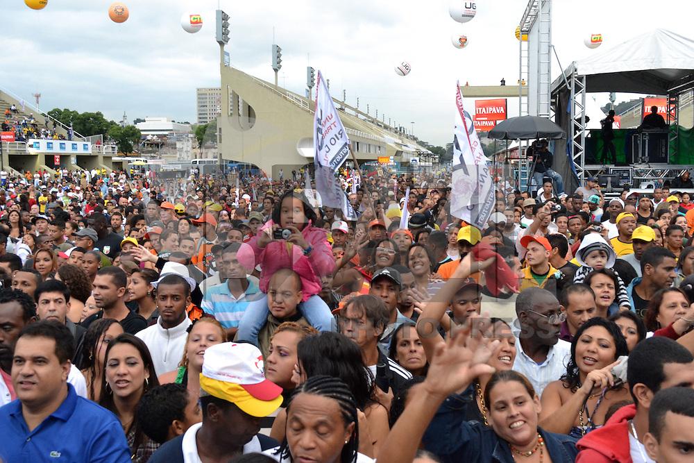 RIO DE JANEIRO, RJ, 01 DE MAIO DE 2012 - FESTA DO TRABALHADOR APOTEOSE -  Publico durante comemorações do Dia do Trabalho realizado pelas centrais sindicais na Marques de Sapucai,  na regiao central do Rio de Janeiro, nesta quarta-feira, 15. (FOTO: MARCELO FONSECA / BRAZIL PHOTO PRESS).