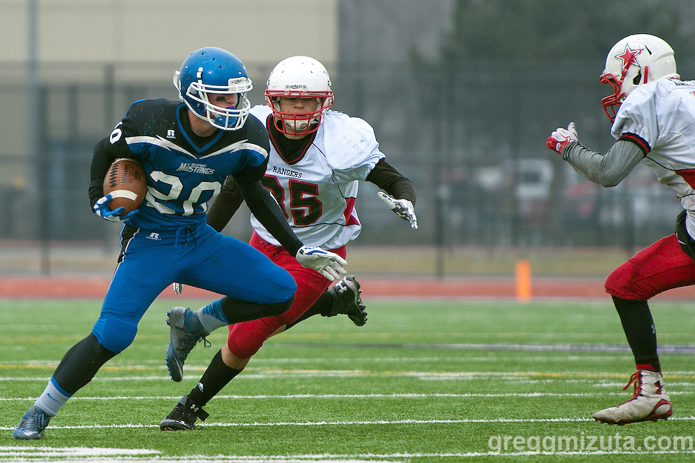 Crane running back David Steeves is pursued by Dufur's Curtis Crawford and Bailey Keever. <br /> <br /> 1A Championship game at Kennison Field, Hermiston, Oregon, Saturday, November 28, 2015. Dufur won 36 - 32.