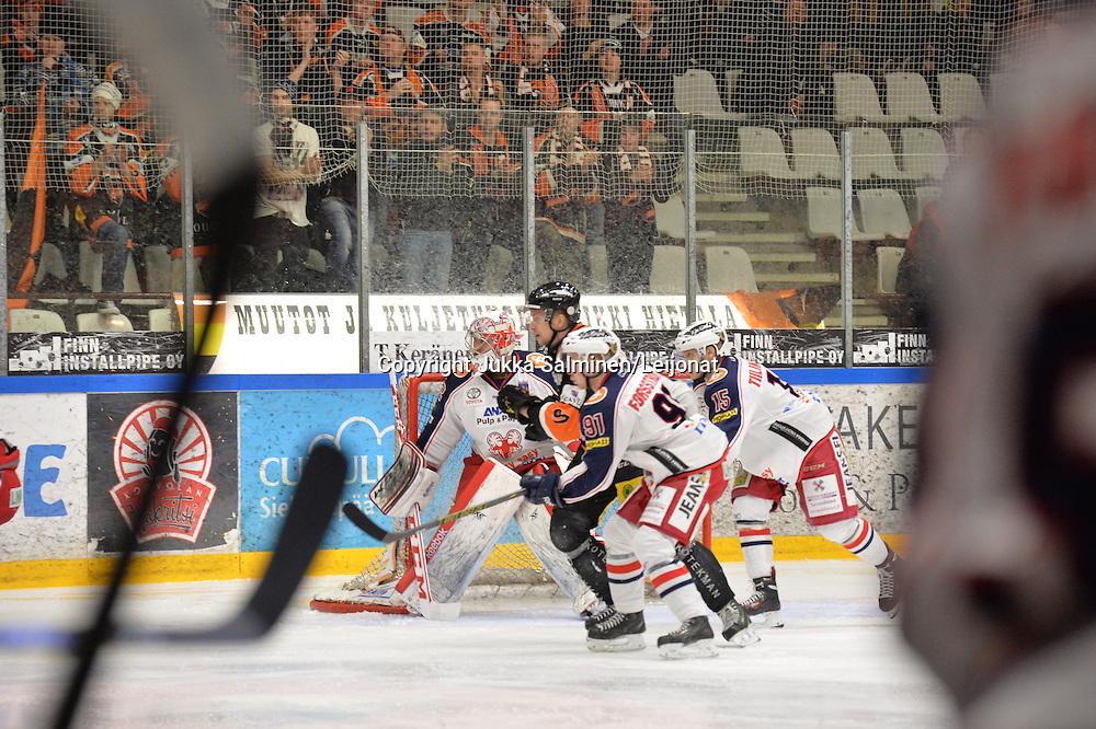 Mestiksen ensimmäiset pudotuspelit keväällä 2015. Kouvolassa kohtasivat KooKoo ja SaPKo, jonko isäntäjoukkue voitti maalein 4-2.
