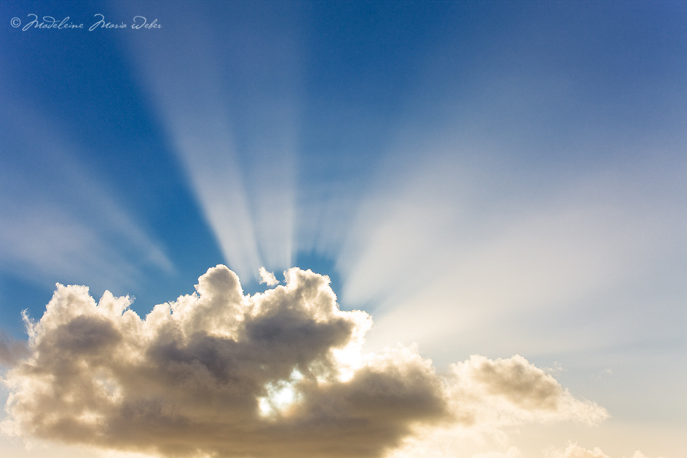 Beautiful sun rays behind the clouds / cl041
