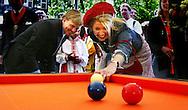 NLD-20040430-GRONINGEN: Prins Willem-Alexander en prinses Maxima spelen een partijtje biljart in Groningen tijdens de viering van Koninginnedag. ANP FOTO/ROBIN UTRECHT