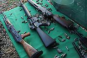 Die Maschinengewehr und Waffen Show in Knob Creek, Luisville, Kentucky, USA, ist die groesste seiner Art in Nordamerika. An drei Schiessstaenden werden Waffen aller Art abgefeuert, vor allem Schnellfeuergewehre. Auch Kinder duerfen hier das Schiessen mit dem Maschinengewehr ueben. Im Angebot ist auch ein Jungle Walk, auf welchem je ein Teilnehmer mit einer Uzi auf im Wald versteckte Metallscheiben schiesst..Bild: .Auf den Schiessanlagen liegen unzaehlige leerer Patronenhuelsen.