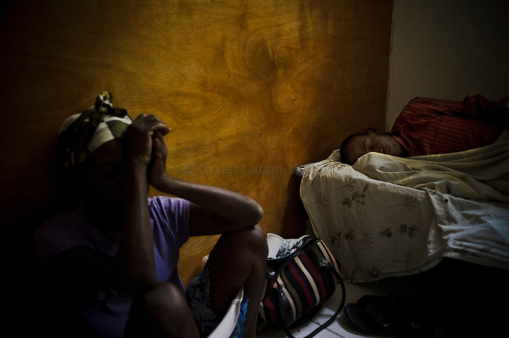 According to latest figures provided by the Haitian Ministry of Health, 1,250 people have already died from the epidemic of cholera./// A woman takes care of her son affected by cholera, at the Saint-Marc's hospital.