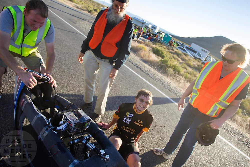 Calvin Moes tijdens de vierde racedag. In Battle Mountain (Nevada) wordt ieder jaar de World Human Powered Speed Challenge gehouden. Tijdens deze wedstrijd wordt geprobeerd zo hard mogelijk te fietsen op pure menskracht. Het huidige record staat sinds 2015 op naam van de Canadees Todd Reichert die 139,45 km/h reed. De deelnemers bestaan zowel uit teams van universiteiten als uit hobbyisten. Met de gestroomlijnde fietsen willen ze laten zien wat mogelijk is met menskracht. De speciale ligfietsen kunnen gezien worden als de Formule 1 van het fietsen. De kennis die wordt opgedaan wordt ook gebruikt om duurzaam vervoer verder te ontwikkelen.<br /> <br /> In Battle Mountain (Nevada) each year the World Human Powered Speed Challenge is held. During this race they try to ride on pure manpower as hard as possible. Since 2015 the Canadian Todd Reichert is record holder with a speed of 136,45 km/h. The participants consist of both teams from universities and from hobbyists. With the sleek bikes they want to show what is possible with human power. The special recumbent bicycles can be seen as the Formula 1 of the bicycle. The knowledge gained is also used to develop sustainable transport.