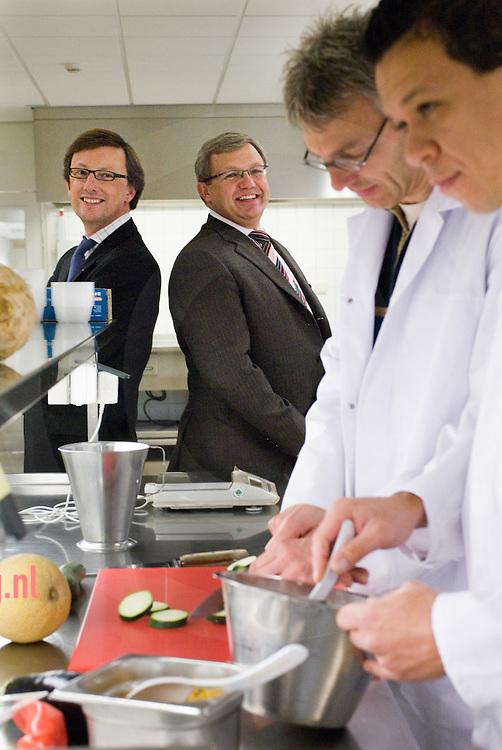 Johma Losser .dhr. Frank Mink (links)(algemeen directeur) en Leon Spierts (tweede van links)(npd/R&D manager) van Johma te Losser, samen met twee koks in de productontwikkelingskeuken.