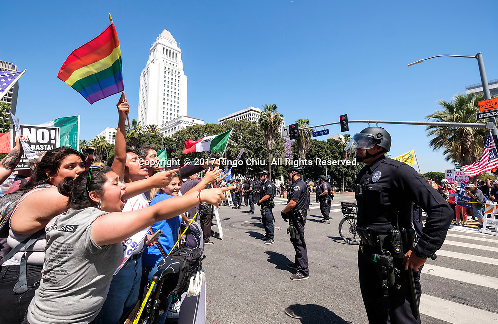 5月1日,在美国洛杉矶,警察把参加&ldquo;五一&rdquo;国际劳动节游行的示威群众与特朗普总统的支持者分开。 当日,全美各城市的数以万计移民及其支持者集会抗议特朗普总统的移民政策,为工人权益发声。新华社发(赵汉荣摄)<br /> Police officers confront demonstrators at the end of May Day march in Los Angeles, the United States, May 1, 2017. Thousands of people took to the streets across the nation Monday to march in May Day rallies, calling for immigration reform, workers' rights and police accountability. (Xinhua/Zhao Hanrong)(Photo by Ringo Chiu/PHOTOFORMULA.com)<br /> <br /> Usage Notes: This content is intended for editorial use only. For other uses, additional clearances may be required.