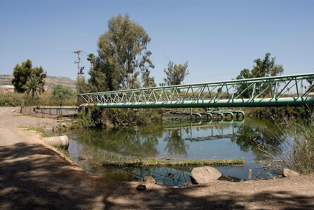 Le barrage Alumot en contrebas du Lac de Tibériade marque la fin des quelques kilomètres d'eau propre du fleuve. Une station de pompage de Mekorot, la compagnie israélienne des eaux, redirige le précieux liquide vers les villes israéliennes. Au-delà, le Jourdain est alimenté par une canalisation d'eaux usées non traitées de la région qui se mélange avec une canalisation d'eau salée, surplus des sources locales traitées par Mekorot. Israël, mai 2011