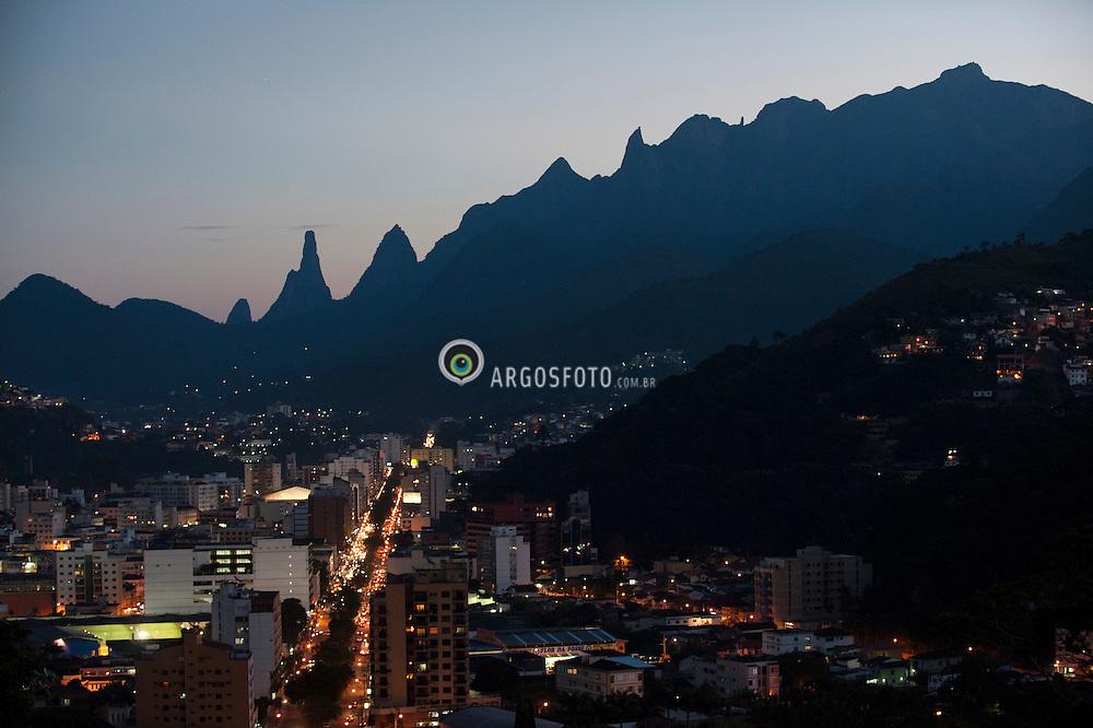 Pico do Dedo de Deus e Serra dos Orgãos vistos do centro da cidade de Teresopolis - RJ / Pico do Dedo de Deus and Serra dos Orgaos seen from Teresopolis.