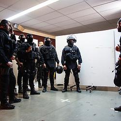 Entra&icirc;nement au tir et &agrave; la progression du RAID Marseille (ex-GIPN Marseille).<br /> Octobre 2015/ Marseille (13) / FRANCE<br /> Voir le reportage complet (63 photos) http://sandrachenugodefroy.photoshelter.com/gallery/2015-10-Tir-au-RAID-Marseille-Complet/G0000NnOo3x.rAcQ/C0000yuz5WpdBLSQ