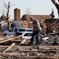 A couple tries to find valuables in their tornado-destroyed home in Moore, Oklahoma May 21, 2013. A massive tornado tore through a suburb of Oklahoma City, wiping out whole blocks and killing at least 24.   REUTERS/Rick Wilking (UNITED STATES)