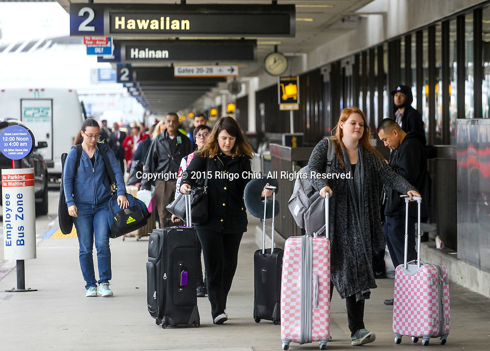 12月22日,在美国洛杉矶国际机场,出发旅客抵达机场前往目的地。根据南加州汽车俱乐部(Automobile Club of Southern California) 发表最新报告,在圣诞新年假期期间(12月23日至1月3日),全加州将创纪录有1230万民众出游50英里以上的目的地,其中南加州将佔760万民众。洛杉矶国际机场官员同时表示,他们亦预计有创纪录350万人次在假日期间使用机场往返国内国外,比去年同期增加7.9%,将使洛杉矶国际机场成为全美最繁忙的机场。新华社发 (赵汉荣摄)<br /> Holiday travelers arrive at Los Angeles International Airport on Tuesday, December 22, 2015 in Los Angeles, the United States. A record 12.3 million California residents -- 7.6 million of them from Southern California -- will travel 50 miles or more between Dec. 23 and Jan. 3, the Automobile Club of Southern California said. Los Angeles International Airport officials, meanwhile, said they expect a record 3.5 million passengers to pass through the airport during the holiday travel season, up 7.9 percent from last year. That would make LAX the nation's busiest over the holidays, officials said.(Xinhua/Zhao Hanrong)(Photo by Ringo Chiu/PHOTOFORMULA.com)<br /> <br /> Usage Notes: This content is intended for editorial use only. For other uses, additional clearances may be required.