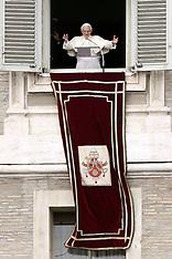 FEB 24 2013 Pope last Angelus in S. Peters Square