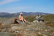 På toppen av Rødhåmmåren ved Schulzhytta. Skarvene i bakgrunnen. Skarvan og Roltdal nasjonalpark, Selbu.